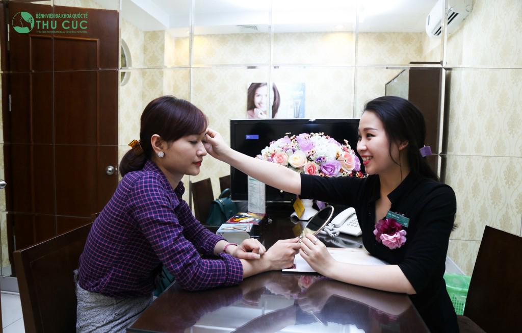 Bác sĩ bấm mí mắt Hàn Quốc uy tín
